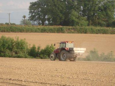 Epandage d'engrais dans la plaine des pyrénnés