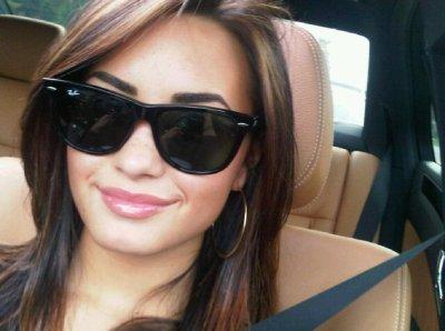 Demi Lovato au mille et une lunnettes!!