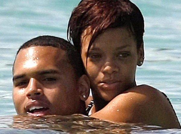 On croyait qu'elle ne lui pardonnerait jamais de l'avoir battue, et finalement, elle a fini par le faire. Pour l'instant, il ne s'agit que de twitter, mais c'est un début vers la réconciliation !   2 ans de silence radio entre les anciens amoureux, et ils reprennent maintenant doucement le contact.... Après avoir agressé la chanteuse en 2009 alors qu'il était en couple avec elle, Chris Brown, l'enfant terrible du rap, avait été condamné à se tenir à l'écart de Riri pendant deux ans. Maintenant que les deux années se sont écoulées, Chris Brown vient d'être autorisé à approcher à nouveau Rihanna