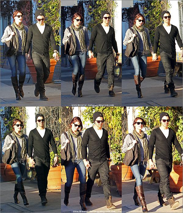 .   26 novembre 2010 - Midi - Ashley & Joe ensemble pour déjeuner. Ashley nous fait un beau TOP ! . .