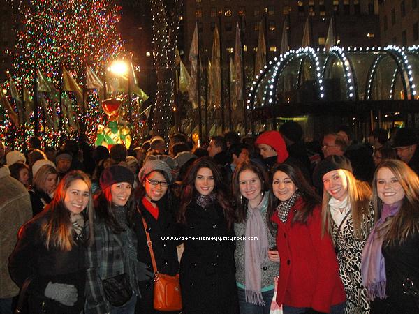 .   20 décembre 2010  - Ashley avec des fans, prêt d'un sapin de Noël ! J'adore !  .
