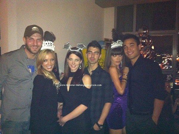.   1 janvier 2011  - Ashley et Joe fêtant le nouvel an avec des amis !   Ah ah j'adore les étoiles sur la tête d'Ashley ! .