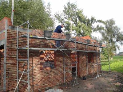 Garage briques de façade côté vu et bloc TC en façade arrière et voisin