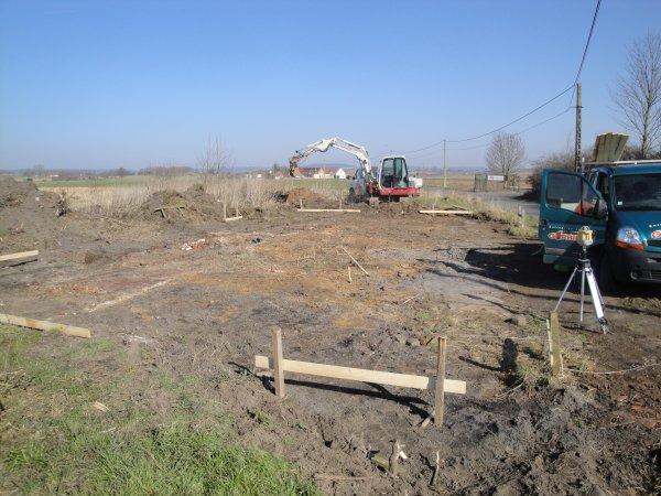 La premiére de l'année nettoyage terrain, implantation, en creusement des fondations