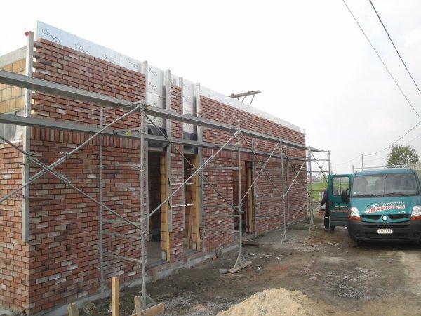 Maçonnerie étage à hauteur poutre de ceinture  et briques de façades avant à hauteur