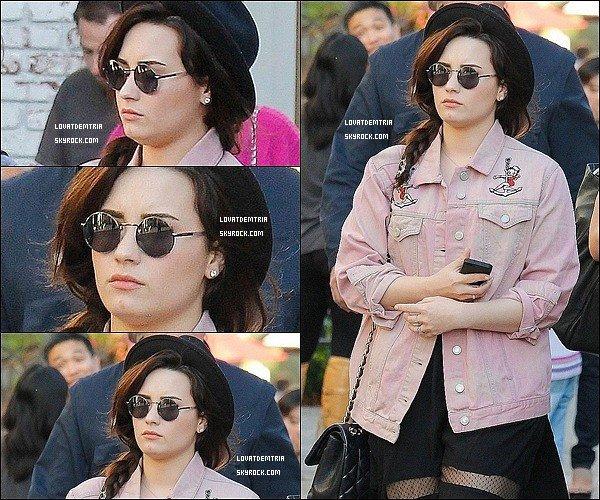 - 12/03/13: Dem'  à était vue se promenant dans « The Grove » à Los Angeles. -