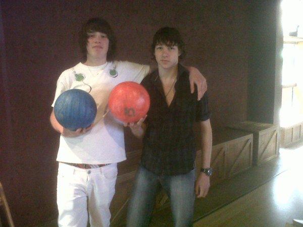 une partie de bowling avec mon petit frere à center parcs