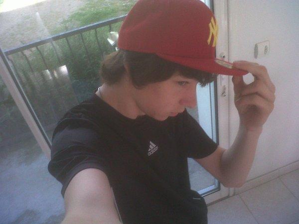 moi et ma nouvelle casquette NY rouge et jaune