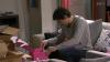 Benoit a du mal a assembler les boite et en plus Raphael renverse la bouteille d'eau sur les papier ce qui ne va pas arranger les chose ( EPISODE 1704 - 21/04/2011 )
