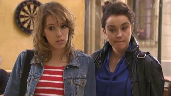 Barbara et Sybille trouve sa etrange que Alix et Ophelie soit copine  ( EPISODE 1704 - 21/04/2011 )
