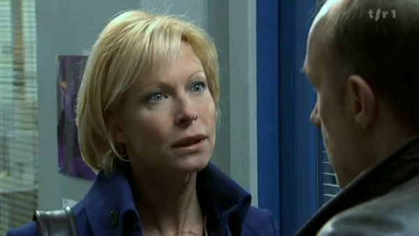 Céline depose une deposition disant quelle etait avec Vivien hier soir et qu'il na pas pu aller cher Rudy  ( EPISODE 1704 - 21/04/2011 )