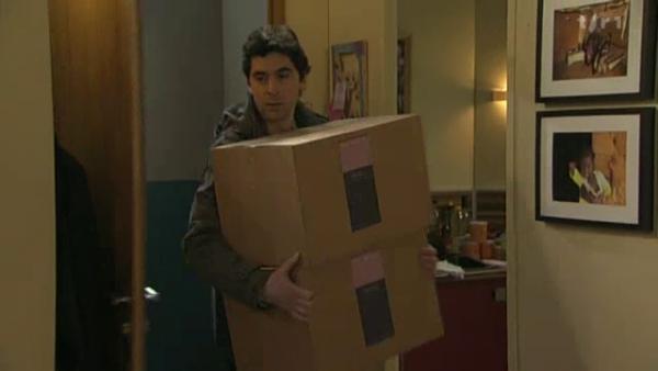 Raphael pence que le boulot que fait son pere ne lui convient pas .  Benoit ramene d'autre carton pour son travail en parfumerie ( EPISODE 1704 - 21/04/2011 )