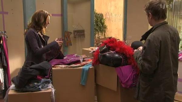 Estelle retrouve l'imperméhable de Boher dans la boutique  ( EPISODE 1705 - 22/04/2011 )