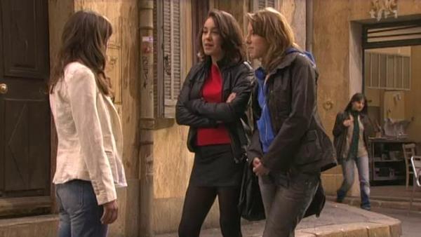 Ophelie prend la defence d'alix apres voir entendu Sybille et Barbara se moquer d'elle  ( EPISODE 1705 - 22/04/2011 )