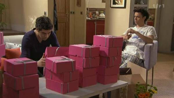 Apres avoir emballer toute les boite , Benoit decouvre par Raphael qu'il a oublier de metre un baume dans l'une des boites   ( EPISODE 1705 - 22/04/2011 )