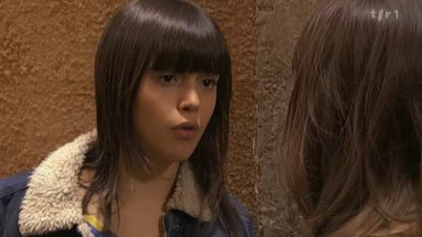 Ophelie fait semblait d'etre l'amis d' Alix en echange Alix lui fait ses devoirs  ( EPISODE 1705 - 22/04/2011 )