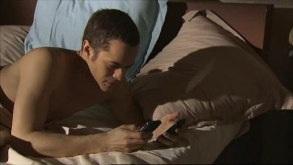 Rudy inscrit son numero sur le bras de Eve et profite de son absence pour lui prendre son numero   ( EPISODE 1709 - 29/04/2011 )