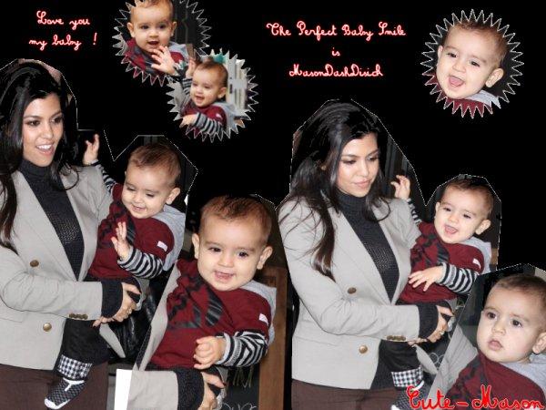 """Mason est allés ce promener en ville avec sa maman , le 26 octobre . Il est trop beau , mon bébé , il fait pleins de sourire , sa fait au chaud au coeur ! Il est juste parfait avec ce t-shirt """"peace """" rouge & noir , ce jeans ! Je t'aime Mason ! Kourtney aussi à l'air joyeuse !"""