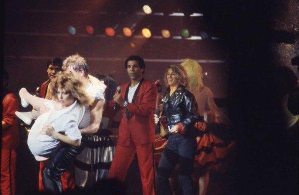 """Zénith en 1984 avec Johnny qui chante """" Mon ptit loup """" avec Sheila et Erick Bamy"""