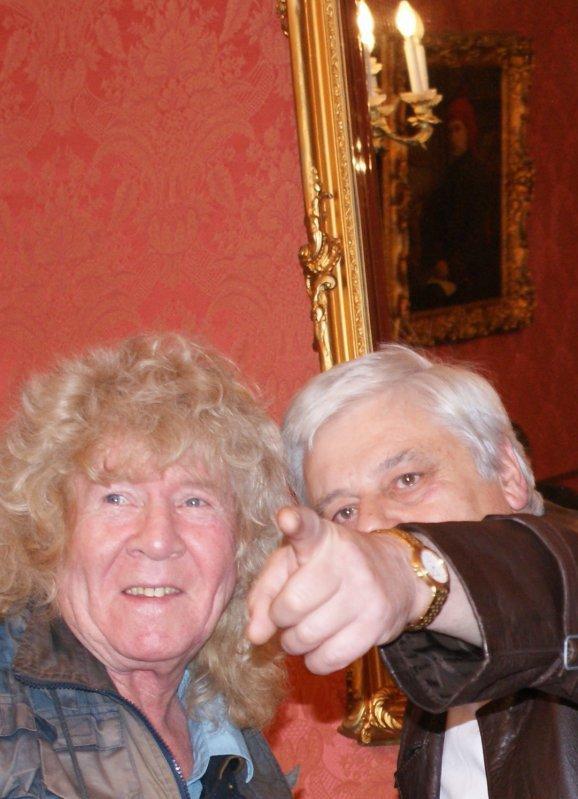 Mairie de Condé / sur / Escaut le  12 / 12 / 2009  / le chanteur et très regretté ROY  ROBINSSON le chanteur  du groupe TITANIC  et José  .