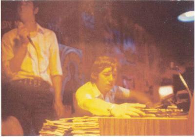 Deux des D-J, disc-Jokey en plein travail à l'époque du Caméléon (1968-1974 ) Super Club, Dancing, Discothèque 2000 places chez Eugène route de Bonsecours à Condé /sur / Escaut  / Nord  /59163.