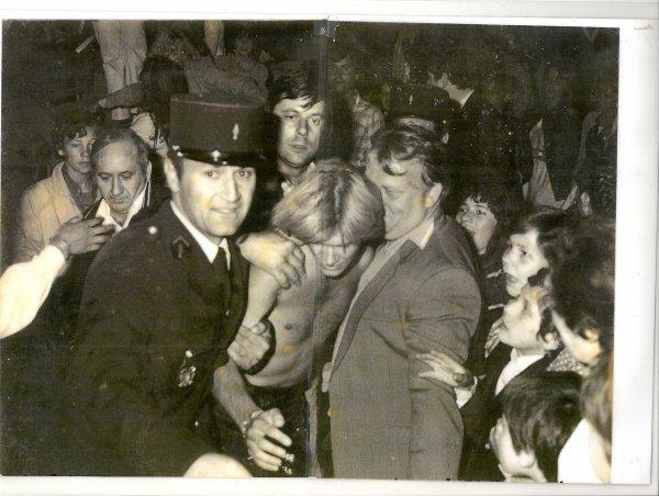 A gauche derrière Jacques Petit en Pompier , le Monsieur en chemise blanche est L'imprésario et le Parrain du fils de François Valéry  ( torse nu chemise arrachée à la fin du concert ) Mr Daniel Bois et José et la foule en délire ( photo Patrick Simon ) .