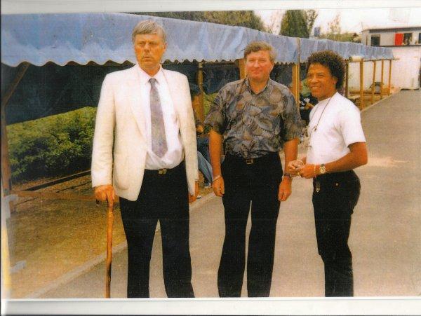 Tournoi de football 1994 ( challenge José Deregnaucourt ) à Condé / sur / Escaut ou Pat Otawann était venu donner le coup d'envoi de la finale , ici en compagnie de Michel Bruneau adjoint aux fêtes de la ville d'Hergnies  .
