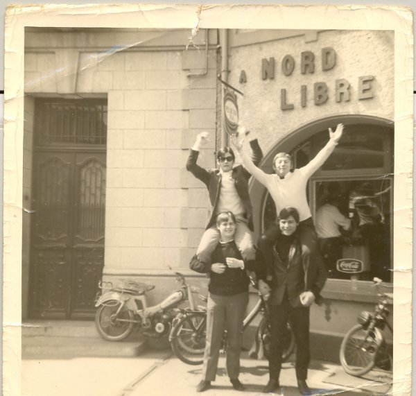 1966 Plus de cinquante ans nous séparent avec les photos d'avant, en bas à gauche Mita   Gerard Wittebrongel  , sur ses épaules Antoine Dumoulin , à droite en bas Jacques Janura et sur ses épaules ( Loulou )  Gérard ,  D - J au Caméléon ( café le Nord libre place de Condé / sur / Escaut )  et les Mobylettes et Solex de l'époque que du BONHEUR !!!!!!!!!!!!!!  José.