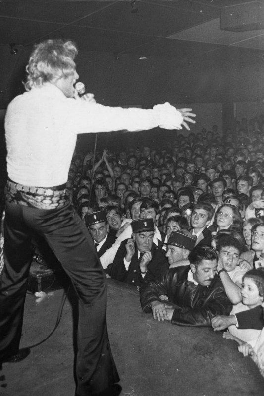 Trés bon et joyeux anniversaire JOHNNY , 28 septembre 1968 Johnny Hallyday en concert live sur la scène du Caméléon à Condé sur Escaut  , archive appartenant à José Deregnaucourt  ( photo Eugène Bernhard ) .