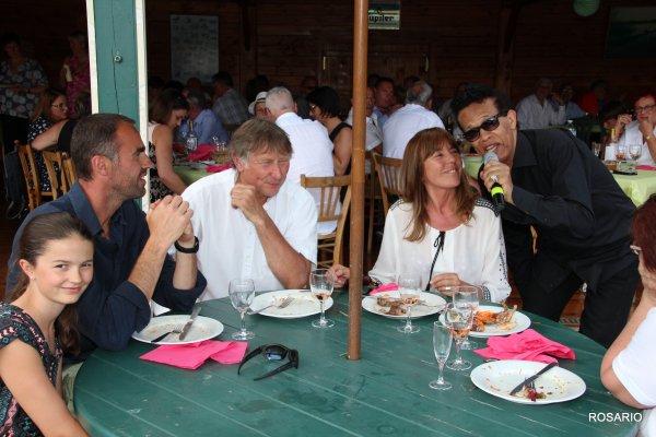 VIGON FAISANT SON TOUR DE CHANT A TOUTES LES TABLES  .