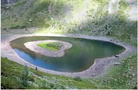 Lac en forme d'un coeur au montagnes du djurdjura
