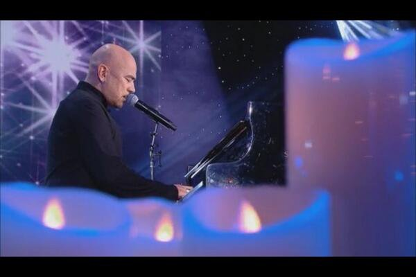 VIDEO @ObispoPascal chante #DunAveMaria pour @MurielRobinCOM émue ...