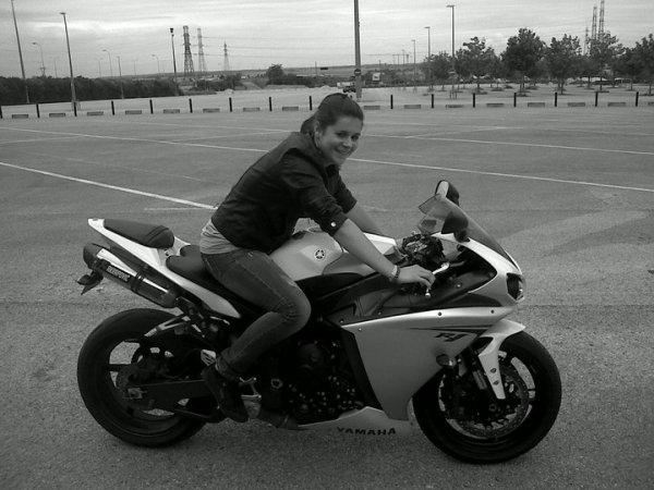 voila une petite motarde bien sympa que j ai rencontrer , et comme elle adore ma moto elle a u le droit de la tester mdr elle c est fait plaizir ;)