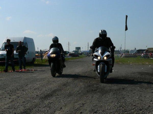 moi a droite et mon zinc a gauche  au bol d or 2011, sur la camp des fou mdr