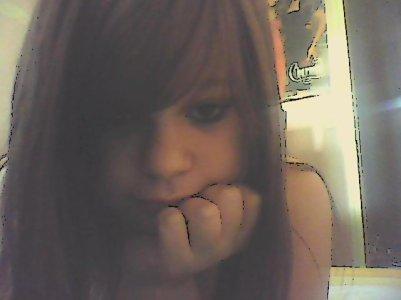 Souvent silencieuse, les yeux remplis d'espoir, elle n'est pαs triste ni mαlheureuse. Cette fille est amoureuse... Mαis elle s'en remettrα.