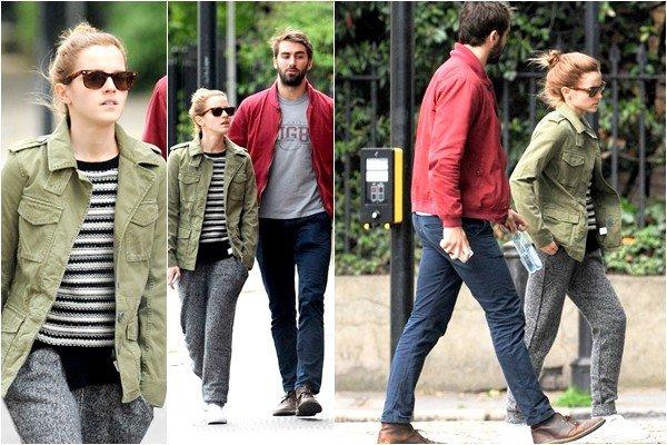 . _________25.04.2014 I CANDIDS _________Nous retrouvons Emma en compagnie de Mat, son copain, pour une petit ballade dans les rues_________ _________de Londres le 25 ainsi que le lendemain. Côté tenue, je n'aime aucune des deux, mais à_________ _________vrai dire, elle s'habille comme elle veut !