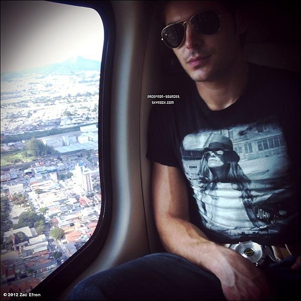 20.03.2012 : Voici une photo de Zac prise dans un avion. J'aime beaucoup la photo Zac est trop beau dessus.