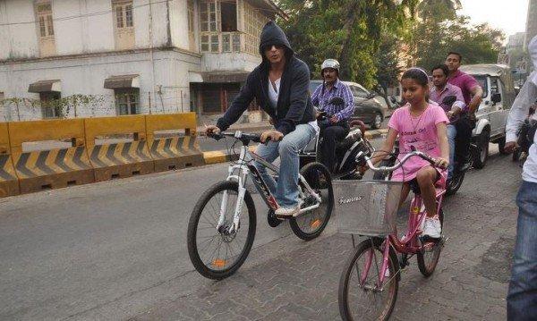 Shahrukh et sa fille Suhana à bicyclette
