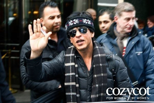 Shah Rukh meeting fans at Regent Hotel before heading to Mumbai