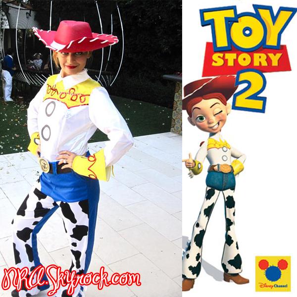 """Lundi, 1er Novembre.  +++  Nicole poste une phote de elle déguiser en """"Jessi"""" de """"Toy Story 2"""" """" Trick or Treat, smell my feet, give me something good to eat! """"  +++  Nicole nous a poster une photo de elle via Twitter, Nicole était déguiser en """"Jessi"""" C'est sur Twitter quelle nous a révélé sont deuxieme Costume pour Halloween !  Nicole est vraiment magnifique dans ce costume, On peut aperçevoir Harlow a l'arriere de la photo !  Harlow est si mignone sur le Trampoline, Nicole Juste Superbe J'adore ! Love !"""