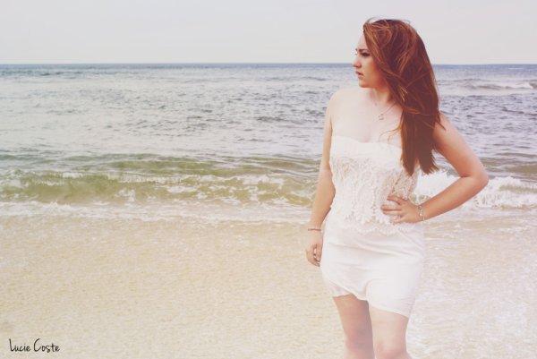 Une petite robe d'été, blanc cassé.