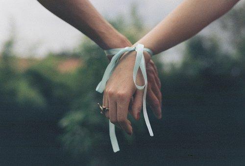 J'aurais aimé tenir ta main un peu plus longtemps. J'aurais aimé que mon chagrin ne dure qu'un instant. Et tu sais, j'espère au moins que tu m'attends.