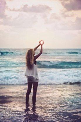 Être forte, c'est pleurer dans ton lit tard le soir et sourire comme si le monde était à tes pieds le lendemain.
