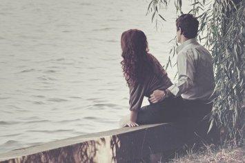 Les autres mettent des semaines et des mois pour arriver à aimer, et à aimer peu, et il leur faut des entretiens, des goûts communs et des cristallisations. Moi, ce fut le temps d'un battement de paupières.