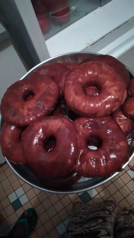 Bonsoir, bon hier j'avais envie de manger de bon Donuts à la Homer Simpson et je les ai fais puis manger lol voilà une petite photo pour vous ! Bisous😘😘