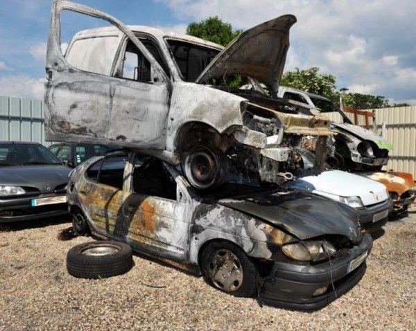 Albi. A Cantepau et Lapanouse des voitures et poubelles brûlées