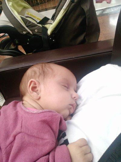 manuela qui dort  sur son papa