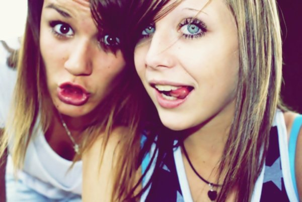 Un ami ça vous transporte dans un autre monde. Un ami, un vrai ami ça vous rend meilleur. Un vrai ami accepte que vous pleuriez sur son épaule, accepte que vous râliez pendant des heures et des heures. Il vous soutient et vous pousse à réaliser vos rêves, il essaye de vous remontez le moral et de vous faire rire quand ça ne va pas, vous pouvez parler de tout avec lui. Un vrai ami est une personne qui vous écoute, qui ce moque de vous quand vous tombez, mais qui vous aide à vous relever. L'amitié est un trésor, que bien trop de personnes gâchent au quotidien. Rare sont ceux maintenant qui sont vrais, mais une fois que vous en avez trouvés, ne les lâcher plus. Les vrais amis, c'est aussi précieux que de la nourriture pour un enfant qui meurt de faim.