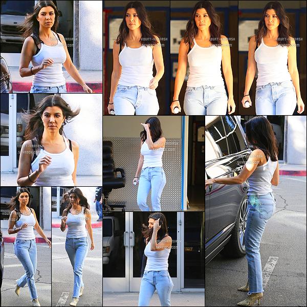 - 07/02/18 - Seul dans les rues de Los Angeles avec une tenue simple, K.K  a été prise par les paparazzi. -