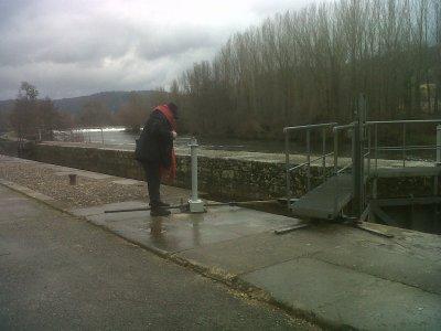 Opa manoeuvrant l'écluse manuelle sur le Lot à St Géry